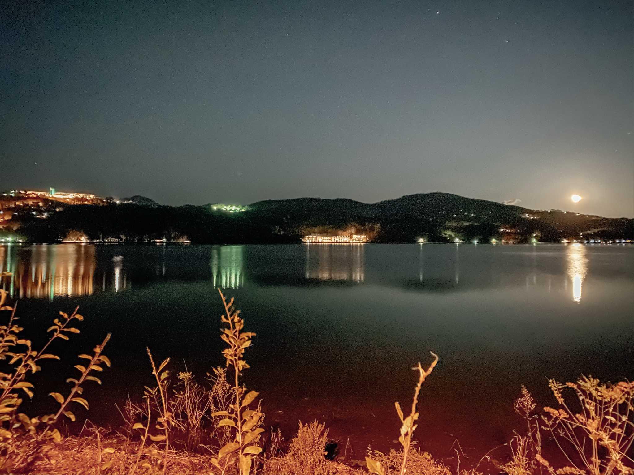 jezioro yamanaka nocą