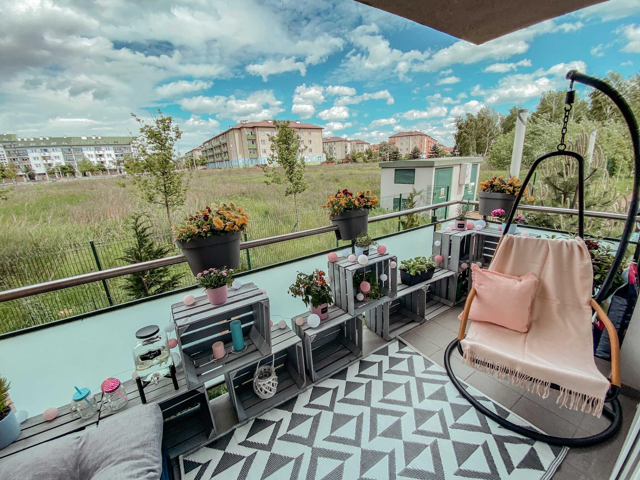 balkon fotel wiszący idrewniane kosze