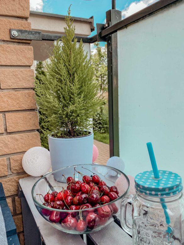 balkon stolik zdrewnianych koszów